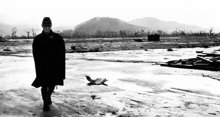 复原日军回到被核弹炸成废墟的广岛