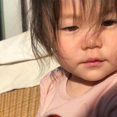 陈冠希晒女儿睡眼惺忪照 头发凌乱软萌可爱