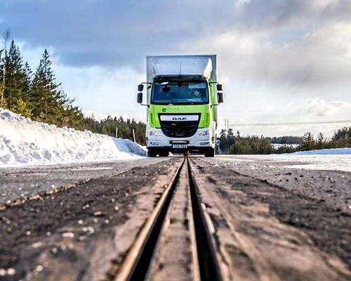瑞典测试全球第一条充电公路 可边开车边充电 width=