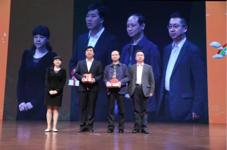 """北京市新闻出版广电局副局长杨培丽副局长介绍了""""书香中国・北京阅读季""""七年来取得的成果,她说,《开学第一课》的好书、好节目,也是他们2018年的重点关注项目,希望一起助推青少年教育的发展,让阅读在年轻的生命中留下痕迹、产生影响。"""