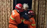 老人被儿子锁在窗台满脸是伤 获救后不愿就医:没钱