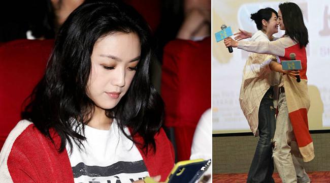 汤唯助阵刘若英新电影 台上亲密互动台下偷闲玩手机
