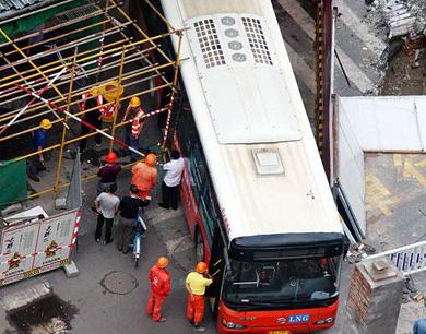 公交车被卡路口 南昌豫章路堵1个多小时(图)