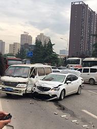 公交车失控向前冲 致18车相撞