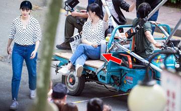 坐在摩托三轮车上的范冰冰…