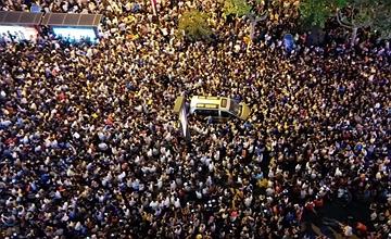 民众围观1374架无人机一幕