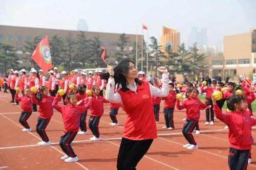 心垒球牵悦动宁夏--宁夏青岛路小学2018年春为什么女子叫手相