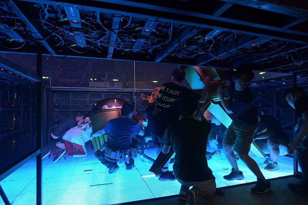 古巨基演唱会出意外 掉入舞台大窟窿中