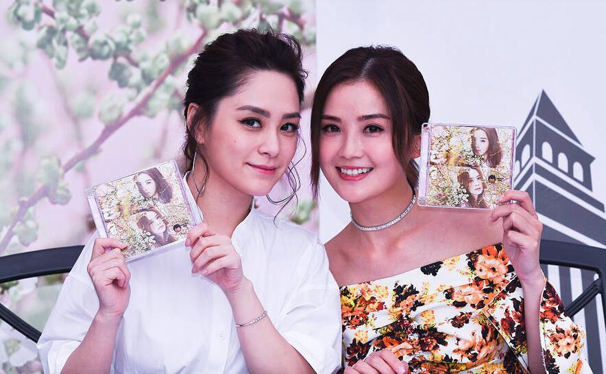 Twins合体签售人气火爆 阿娇被曝5月大婚笑意浓