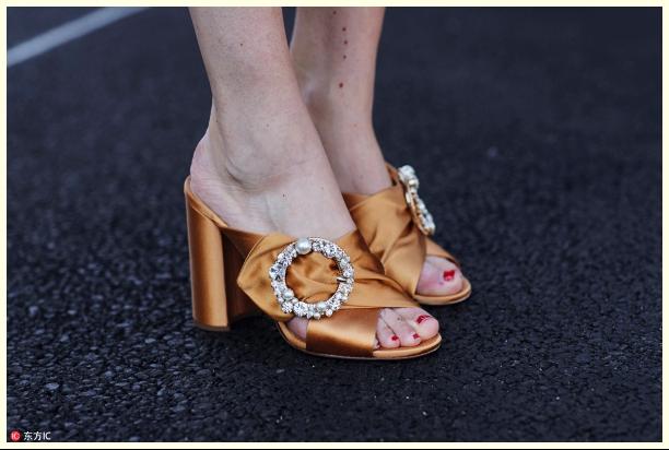 """极简主义真的不流行了?浮夸本夸的""""宝石鞋""""怎么越来越火!"""