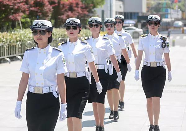 武林广场出现11位超酷白衣小姐姐 平均身高一米七