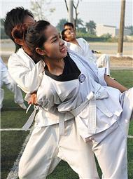 越南警校女学员武术训练