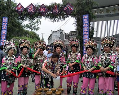 """凤凰举行苗族""""四月八""""跳花节演绎浓郁民族风情"""