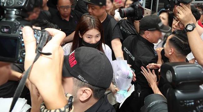 """""""国民初恋""""抵达香港遭围堵 被相机淹没挥手打招呼"""
