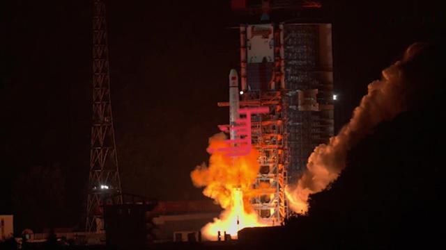 独家画面:今晨 嫦娥四号中继星成功发射