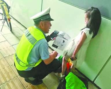 5岁萌宝骑童车误入东湖隧道 滚滚车流中交警迅速施救