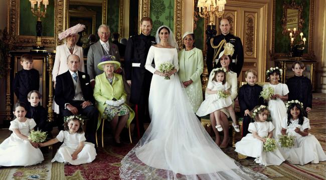 英国皇室发布官方全家福:哈里梅根亲密依偎