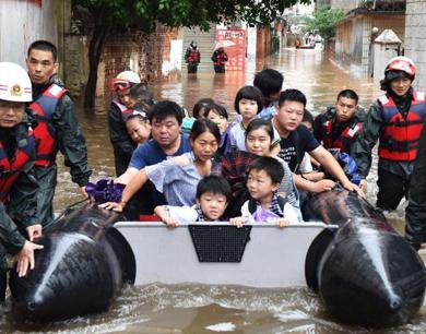 进贤暴雨致严重内涝 皮划艇解救92名被困人员
