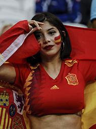 女球迷因身材惹火抢镜