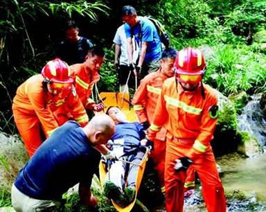 驴友探险失足摔伤被困深山 消防官兵抬担架蹚河救人