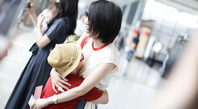 俞飞鸿干练装扮现身机场 陌生小男孩扑进怀中