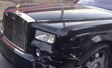 女司机开车撞上劳斯莱斯,车主看见她的车牌,直说不用赔了?