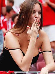 女球迷看台献飞吻