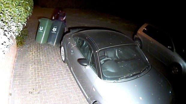 小偷翻进豪宅无视豪车 偷走了两个……垃圾桶?