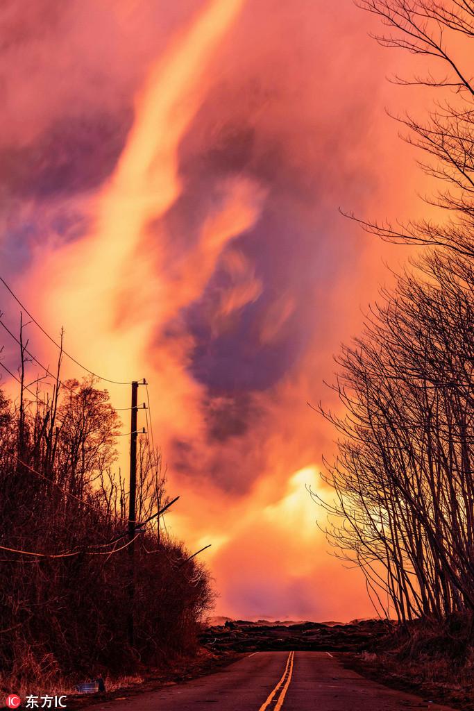 火山喷发瞬间形成火龙卷