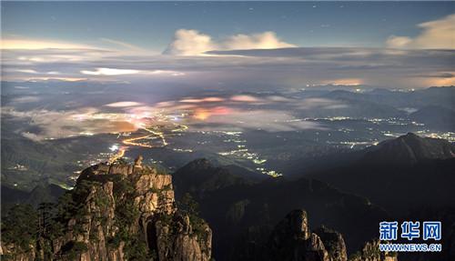 资讯  安徽黄山风景区在连续几天的大雨天气后,天空放晴,云海翻动
