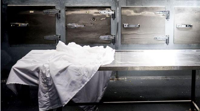 """女尸送进停尸房 在冷柜里""""复活"""""""