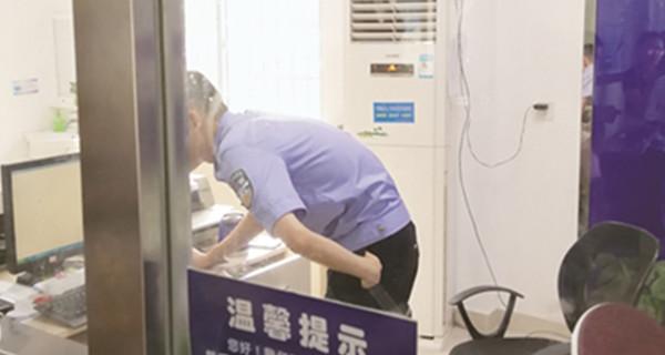 交警办事厅冷热两重天:工作人员吹空调,群众受煎熬