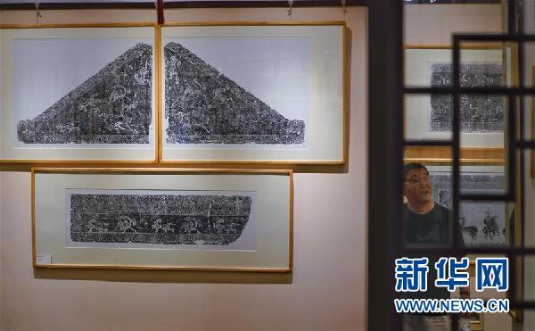 画像空心砖是西汉时期主要的建墓材料,上世纪二,三十年代以来。洛阳地区出土了数以千计的画像空心砖,因大部分是1930年前后盗掘出土的,极少为科学发掘所得。故关于洛阳画像空心砖墓的形状,结构及流行时间等问题,一直是众说纷纭,莫衷一是。庆幸的是洛阳古代艺术博物馆收集了大量的画像空心砖资料,通过专家们的整理,研究,对这批画像空心砖有了进一步的认识:其主要流行于公元前140年至公元前87年(即汉武帝时期),砖型有长方形和三角形两种,砖上的画像是用印模印制的,多为阴纹画像;印制的画像内容丰富,艺术水平高超,有反映汉