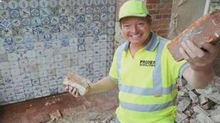 意外收获!英国小哥拆家找到大宝藏,整整一面墙价值10万英镑
