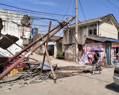 长沙一卡车超高挂住电缆光缆 拉断5根电杆、损坏多栋房