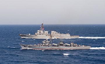 """中国造053HE护卫舰贴近美国神盾舰 美军热情招呼"""" width="""