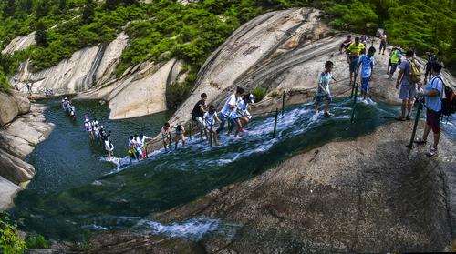 溯溪走瀑项目是景区在2014年推出的中原首家走瀑溯溪项目.