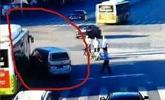 男子撞人逃逸又撞公交 甩鞋光脚狂奔百米又被抓