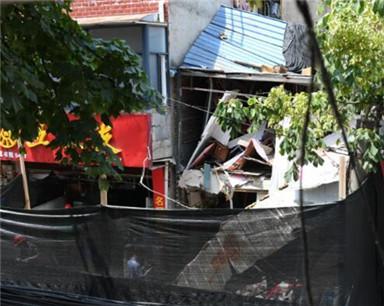 今日上午武昌司门口一餐馆发生燃爆 餐馆房体直接垮塌