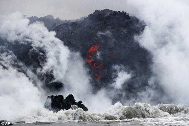夏威夷游客看火山,船被岩浆击穿