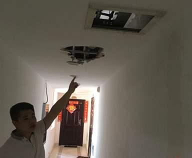 楼道水管爆裂漏水严重 高层居民楼电梯成水帘洞