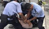佛山大货车疯狂冲卡撞毁14辆车 警察连开6枪示警