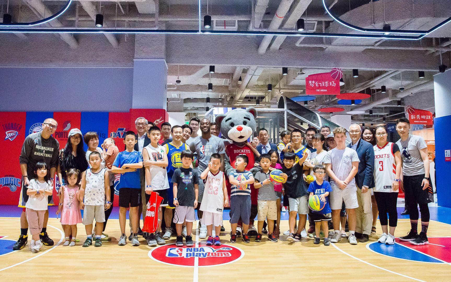 NBA中国CEO携肯巴沃克到访NBA乐园 与亲子家庭互动