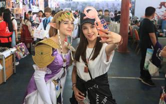 比利时姑娘逛中国漫展 一路被人追着拍照