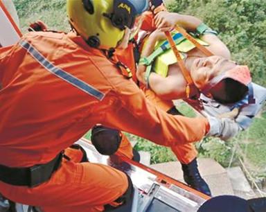 男子摔伤被困巴东深山 直升机索降救援