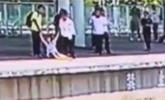 女子跳铁轨轻生被合力拉回 4秒后列车进站