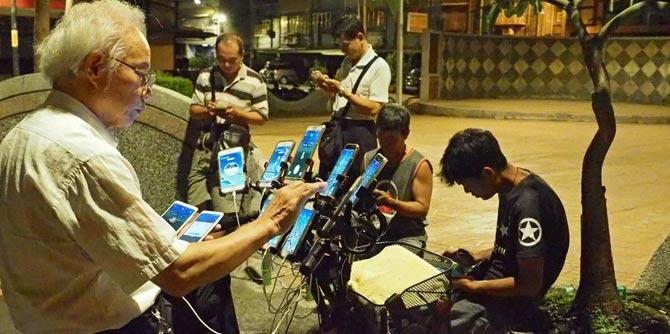 """69岁风水师沉迷""""抓宝"""" 自行车上装11台手机"""