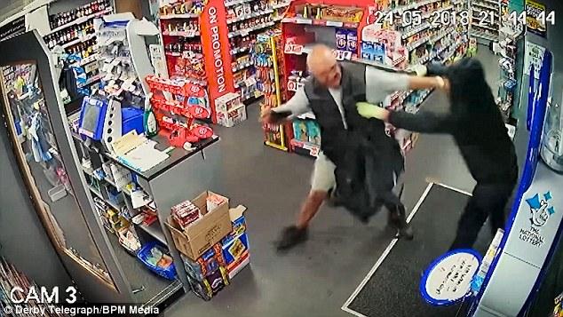 男子持散弹枪抢劫 被店主用一本杂志暴揍打跑