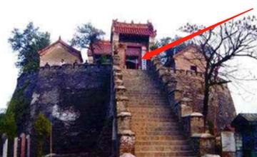 日军连发13枚炮弹均未爆炸,走进神殿看后全体下跪