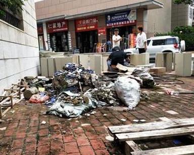 垃圾无人清 新城吾悦广场南侧第吾大道竟如此脏乱差